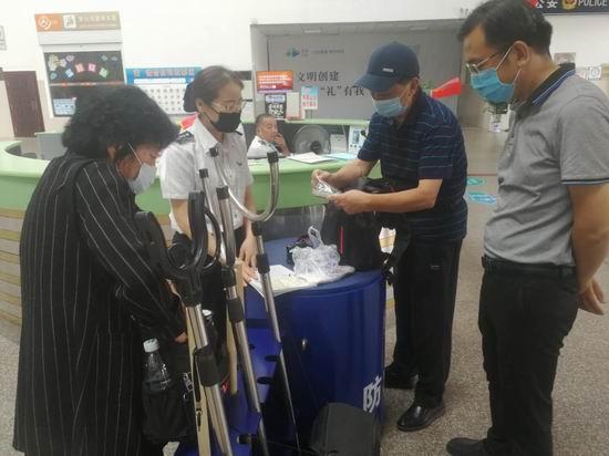 南站爱心服务 帮助旅客找回失物